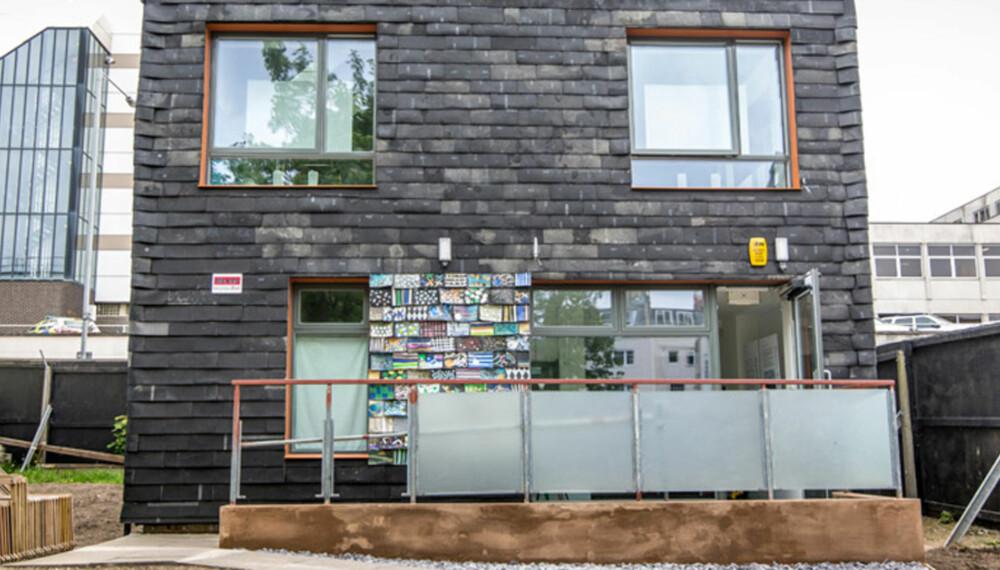 GJENBRUK: Dette unike huset er blant annet bygget av materialer som gamle tannbørster, gulvtepperester og metervis med jeans.