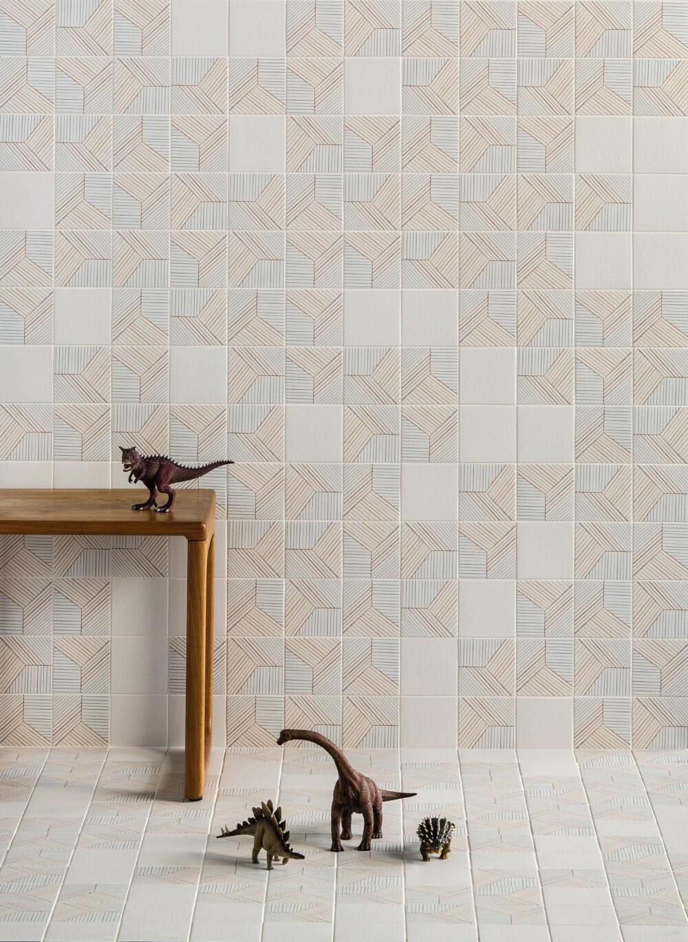 Flere produsenter har ulike mønstre i samme serie slik at du kan skape din egen design. Serien Tratti fra Mutina, design Inga Sempé, er ett eksempel. Åtte ulike motiver kan mikses til det nesten uendelige. Legger du fliser både på gulvet og på veggen, er det som å komme inn i en boks. Her bidrar de duse fargene til ro, samtidig som de geometriske formene skaper spenning i bildet.