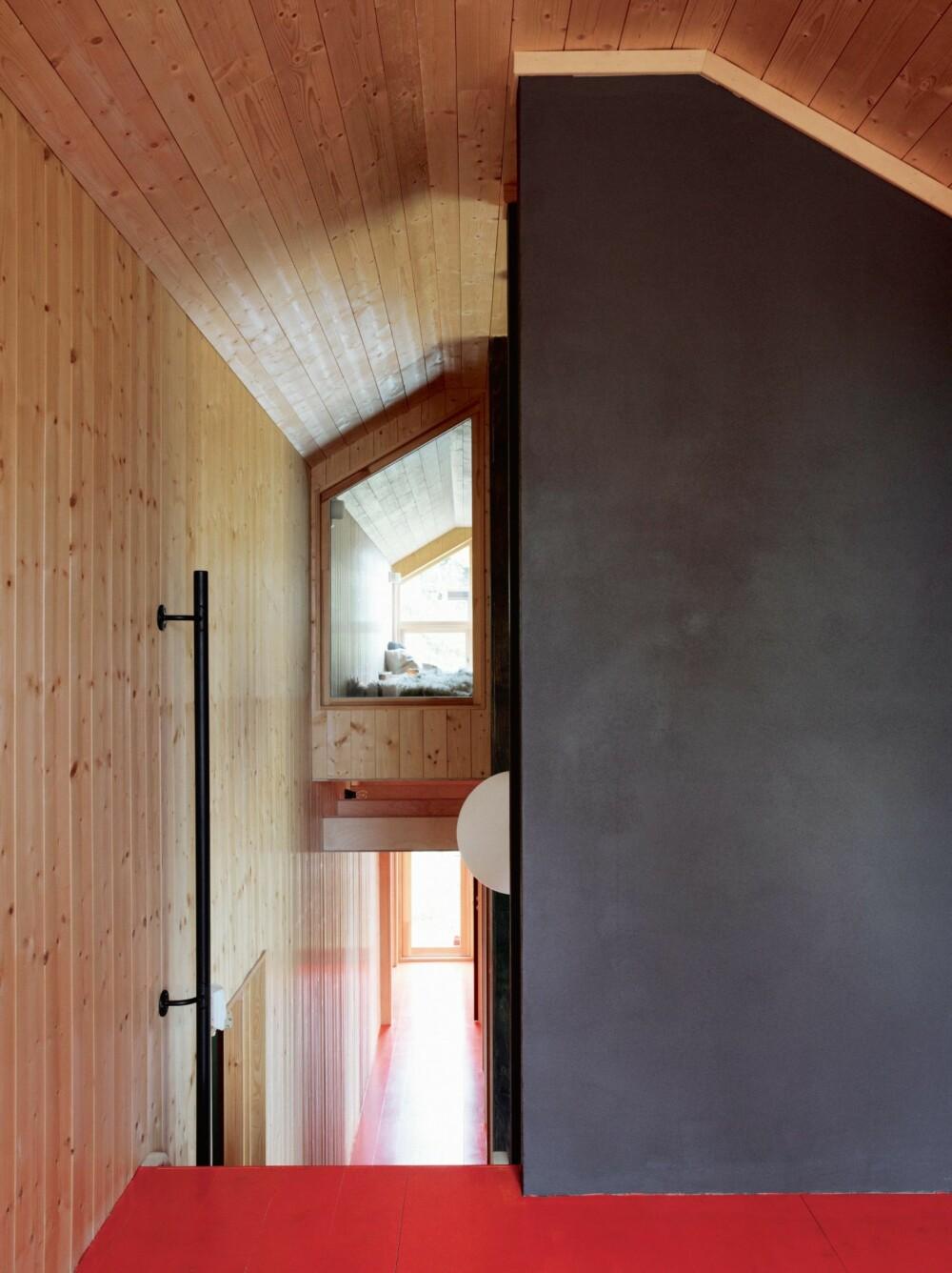 KREATIVT: De ulike hemsene fungerer som små pusterom og egne sfærer hvor den som vil ha litt tid for seg selv kan finne ro. Furupanel på tak og vegger.