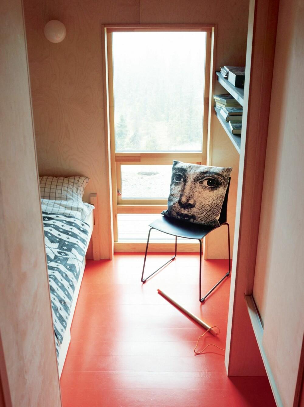 FREKK KONTRAST: Det oransje linoleumsgulvet har NCS-fargekode S 0585-Y70R, og fremhever det trolske terrenget ute, sommer som vinter. Pleddet på sengen er fra Illums, puten på stolen fra Vanilla Fly. Styling: Tone Kroken.