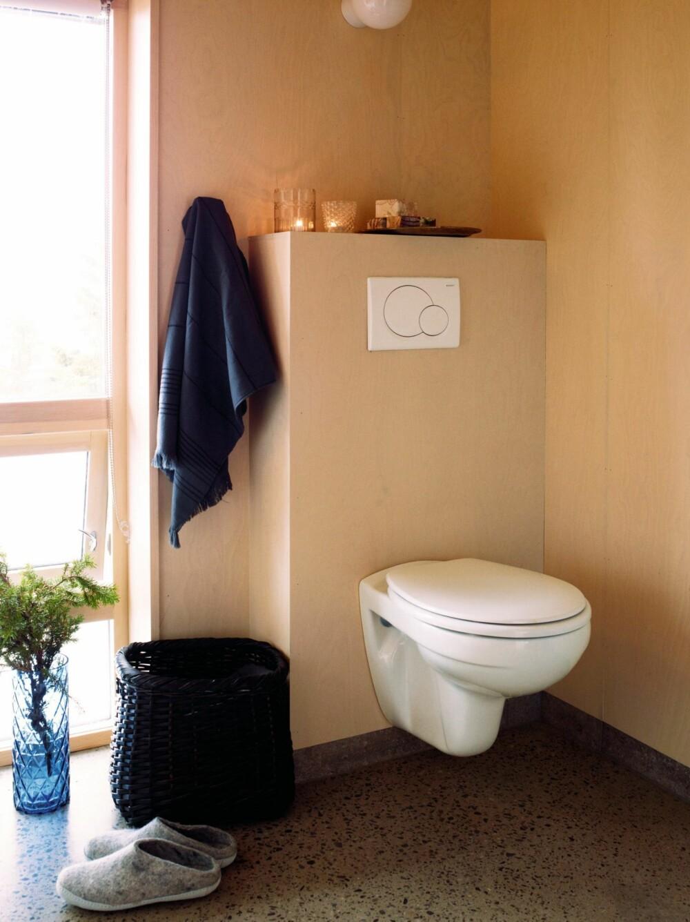 LIGGER SKJERMET: Også på badet kan utsikten nytes, delvis skjermet for innsyn. Vase fra House Doctor, håndkle fra Bolina. Styling: Tone Kroken.