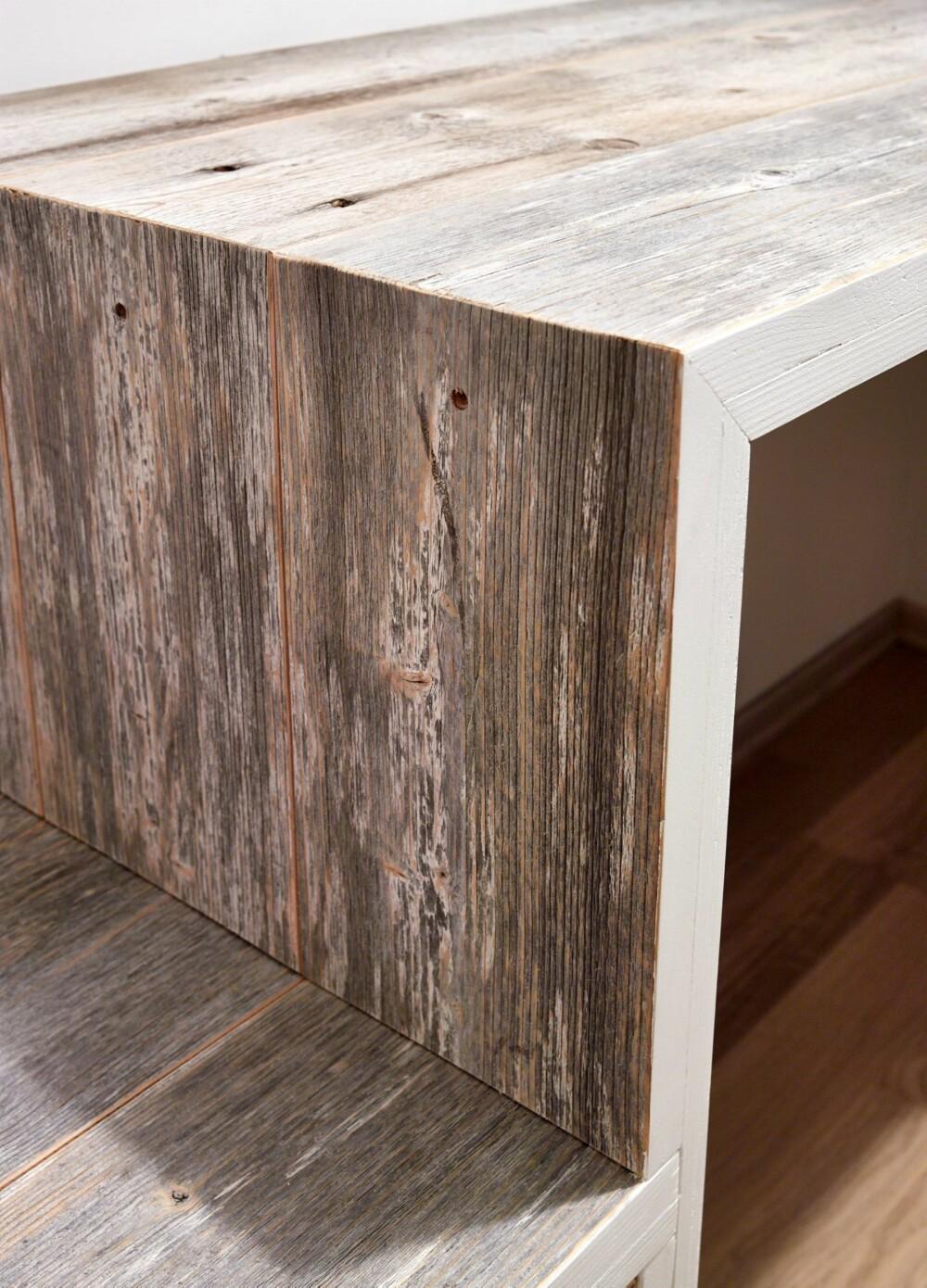 TILFØRSEL AV TEKSTUR: Skrivebordet i røft materiale er buet og har ekstra sitteplass med skuff under. Det er tegnet og plassbygget med resirkulerte materialer av drivved.no.
