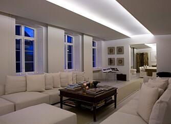 ENDELØST: Stuen og spisestuen måler 17 meter fra den ene enden til den andre. Med indirekte lys i taket, fremheves denne lengden.