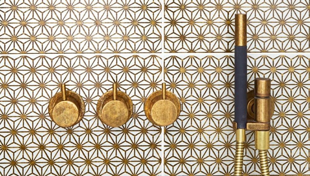 GLAMORØST: De gylne flisene heter Komon 11/300x300r, og koster fra kr 4550 pr kvm, madeamano.com. Se hvor fine de er sammen med armatur i messing!