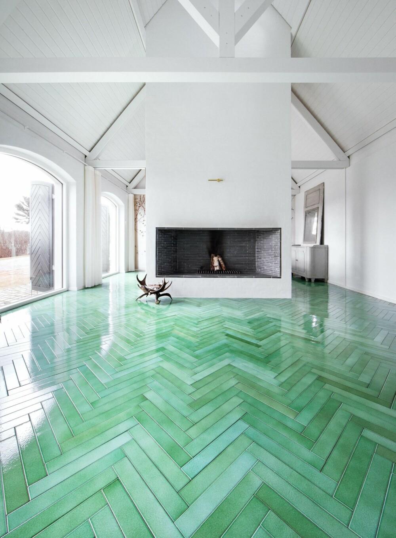 UNIKT: Gulvflisene som ligner parkett i fiskebeinsmønster er håndlagde i grønn lavastein. De heter Cristalli/65x400 og koster cirka kr 4400 pr kvadratmeter, produsent Made a Mano, madeamano.com.