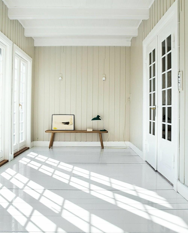 LYST OG LUFTIG: Flisene på fotografiet heter Incontro Floorboards, ser ut som treverk, men er av lavastein, håndlagde fra produsenten Made a Mano, pris på forespørsel, madeamano.com.