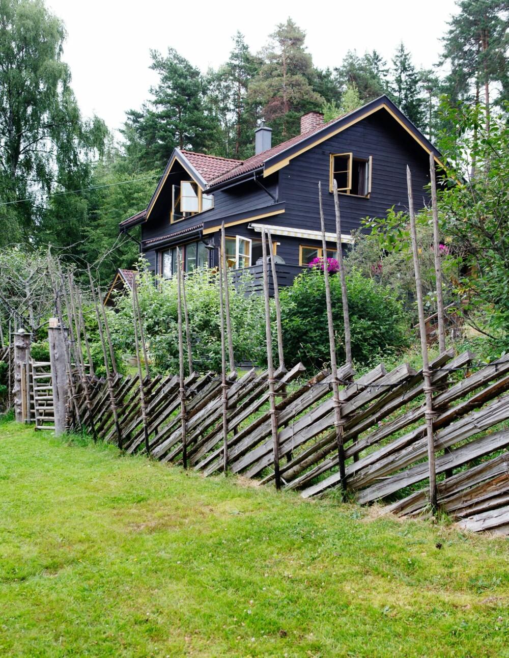 IDYLLISK: Kjernen i det brune huset er en hytte fra 1930, som ble pusset opp og bygget ut på 80-tallet. Svein Børge og Hans Morten skiftet ut alle vinduene på fasaden med nye i full høyde da de pusset opp.