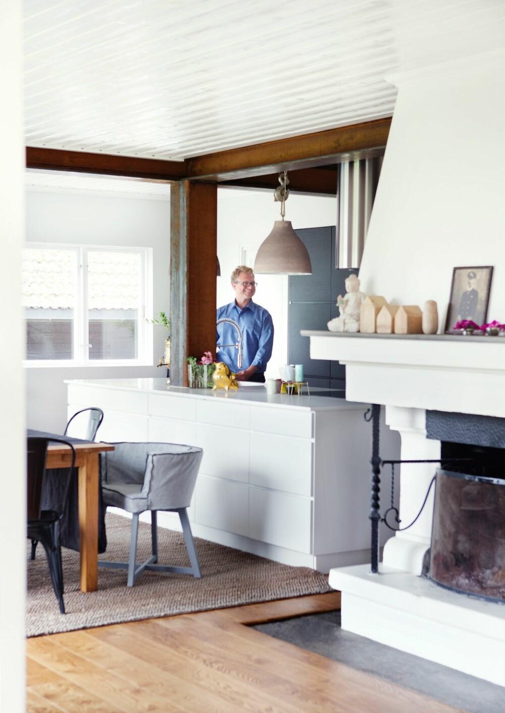 HUSETS KJERNE: Den åpne peisen stammer fra hytta som utgjør den eldste delen av boligen. Husene på peishyllen er fra Bolina, mens taklampene over kjøkkenbenken er fra Palma.