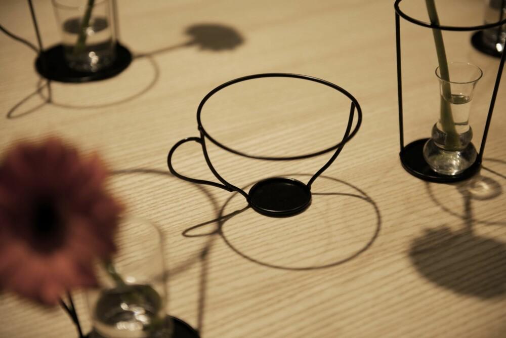 LIGNER STREKTEGNINGER: Small Black Vase Series er designet av Nendo for David Design.