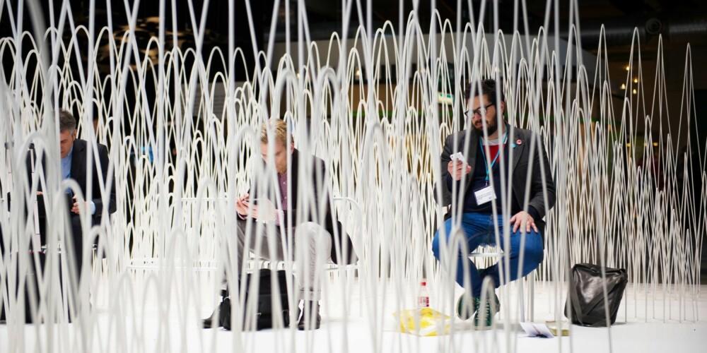 ABSTRAKT LANDSKAP: Oki Satos installasjon på messeområdet er inspirert av snøkledde fjell, og laget av laserskårne skumplater.