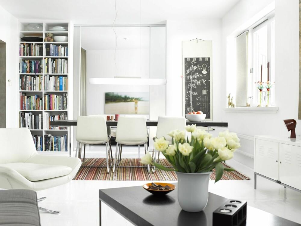 GOD RO: Hvite gulv og vegger forsterker dagslyset. Loungestol fra B & B Italia. Teppe fra Ikea. Lampe fra Delta Light. Stolene Metropolitan og spisebordet er også fra B & B Italia. Soverommet skimtes i bakgrunnen.