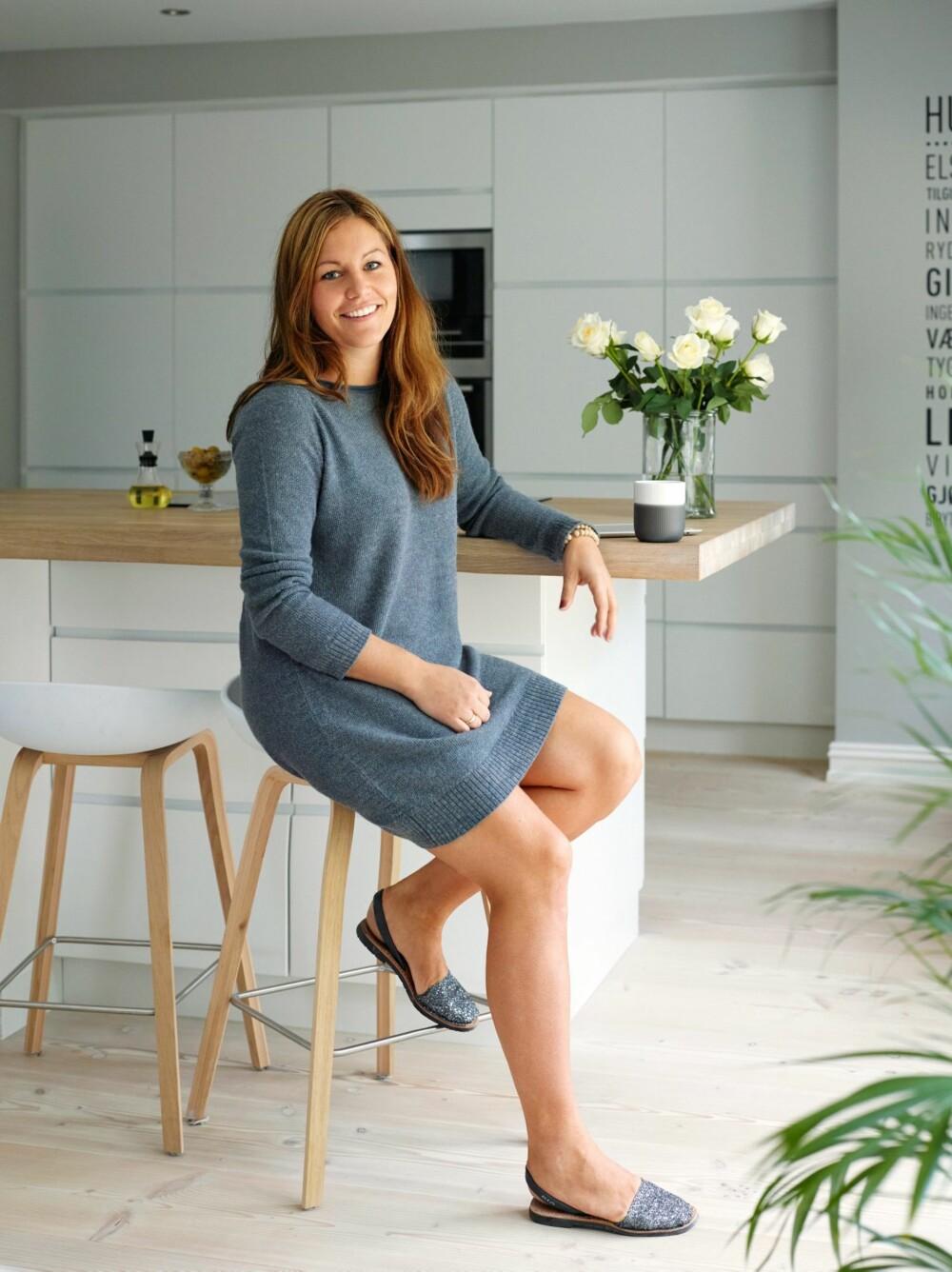 GOD PLASS: Kjøkkenet Mano matt fra Kvik har mye skapplass og praktiske løsninger. Barkrakkene, About a stool fra Hay, er som skapt for kjøkkenøya, synes Carina.
