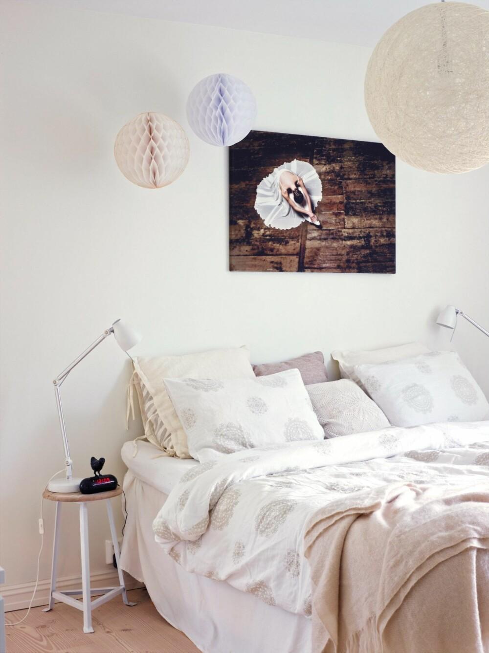 REFLEKTERER DAGSLYSET: Foreldresoverommet er et av de få rommene i huset som har fått hvite vegger. Bildet over sengen er kjøpt på Fineart for noen år tilbake, og lampen i taket er fra Designbelysning.