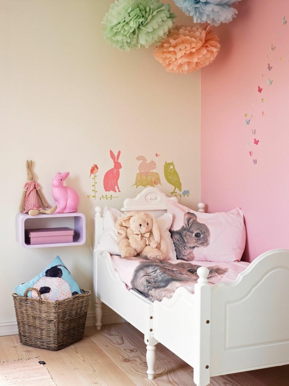 SØTT FOR DEN SØTE: Lille Auroras rom er malt i fargen Tryllestøv fra Jotun. Femåringen er godt fornøyd med kaninlampen fra Sprell. De pastellfargede pompongene i taket er av silkepapir og fås kjøpt på congratulations.no. Sommerfuglsjablongene har Carina laget selv. Auroras sengetøy er fra H&M home, og hyllen er fra To i spann.