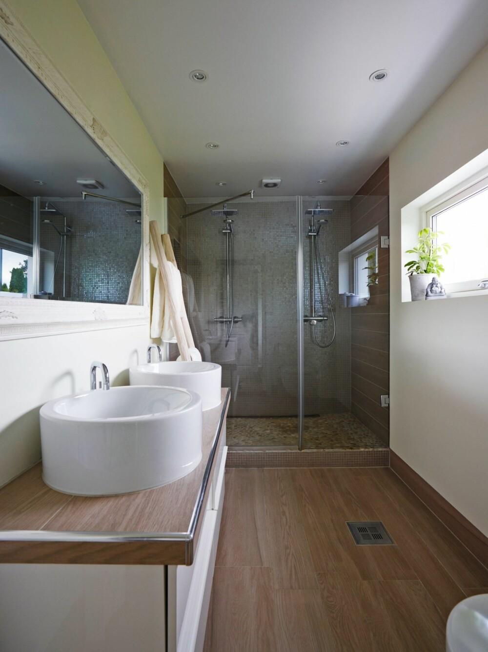 POPULÆRT PÅ INSTAGRAM: Badet til Carina fikk flest stemmer og stakk av med førstepremien i en konkurranse i regi av nettstedet vakrerom.no på Instagram. Vaskene er bestilt fra Design4home, mens flisene på gulvet er Marazzi i fargen Cappucino fra Modena. De samme flisene er lagt som benkeplate på baderomsskapet fra Ikea. Rullsteinsflisene i dusjen er fra Fagflis, mens mosaikkflisene er kjøpt hos Bergersen Flis.