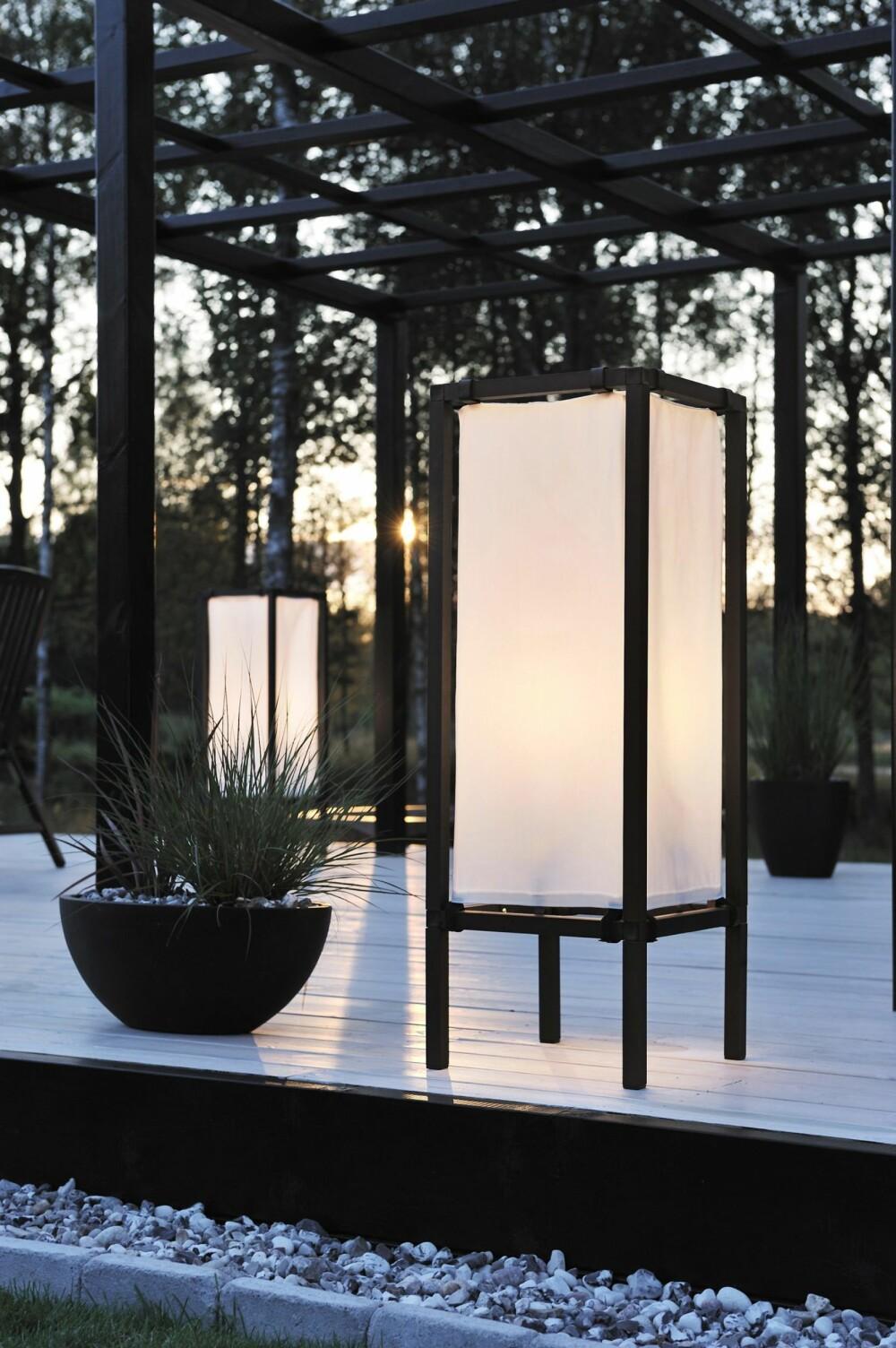 JAPANSK PREG: Det hvite stoffet sprer lyset og gjør det mykt, behagelig og inviterende. Palermo Lounge Lantern fra Konstsmide fås i to størrelser; h: 101 og 63 cm, kr 1499 - 2399, konstsmide.se.