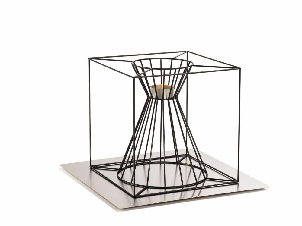 BÅLKUBE: Kurven Boo fra Skargaarden er formet som en kube med en trakt til veden i midten. Ønsker du mindre bål, snur du den på hodet og plasserer en liten fakkel i koppen i midten, kr 1990, ballerud.com.