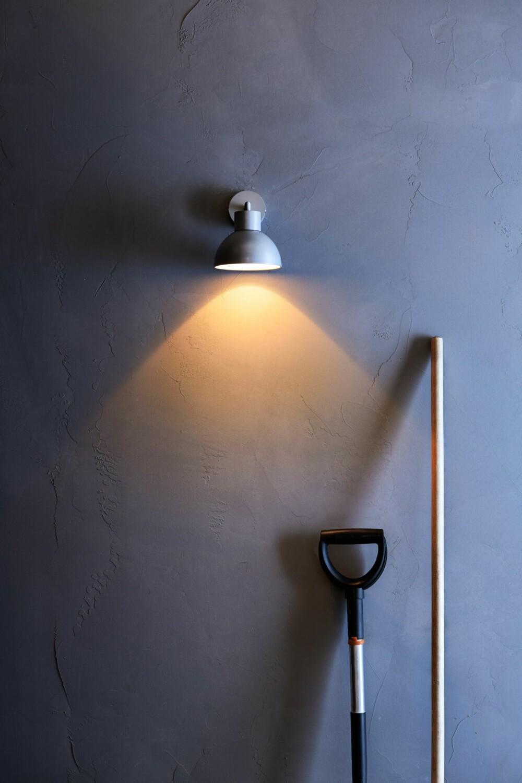 HVIS VÆRET FORHINDRER LEVENDE LYS: Vegglampen Solbacken er i tetningsklasse IP44, og kan dermed brukes på badets våteste soner eller utendørs. Lampen har innebygd led-belysning som kun trekker 3 Watt, og skal vare i 20 000 timer, kr 295, ikea.no.