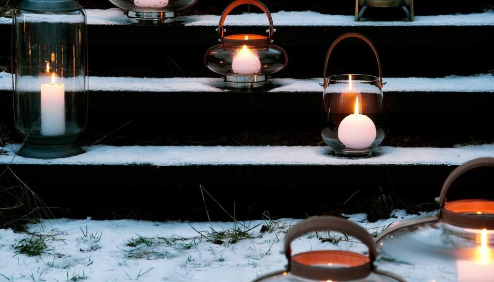 ULIKE GLASS, LIKE FLAMMER: Klart glass gir innsyn til både flamme og voks. Hanken gjør lanternene lett å flytte rundt på, kr 185 - 2530, brostecopenhagen.com. Den tilsynelatende tilfeldige plasseringen av lyktene i trappen er dessuten stemingsskapende.