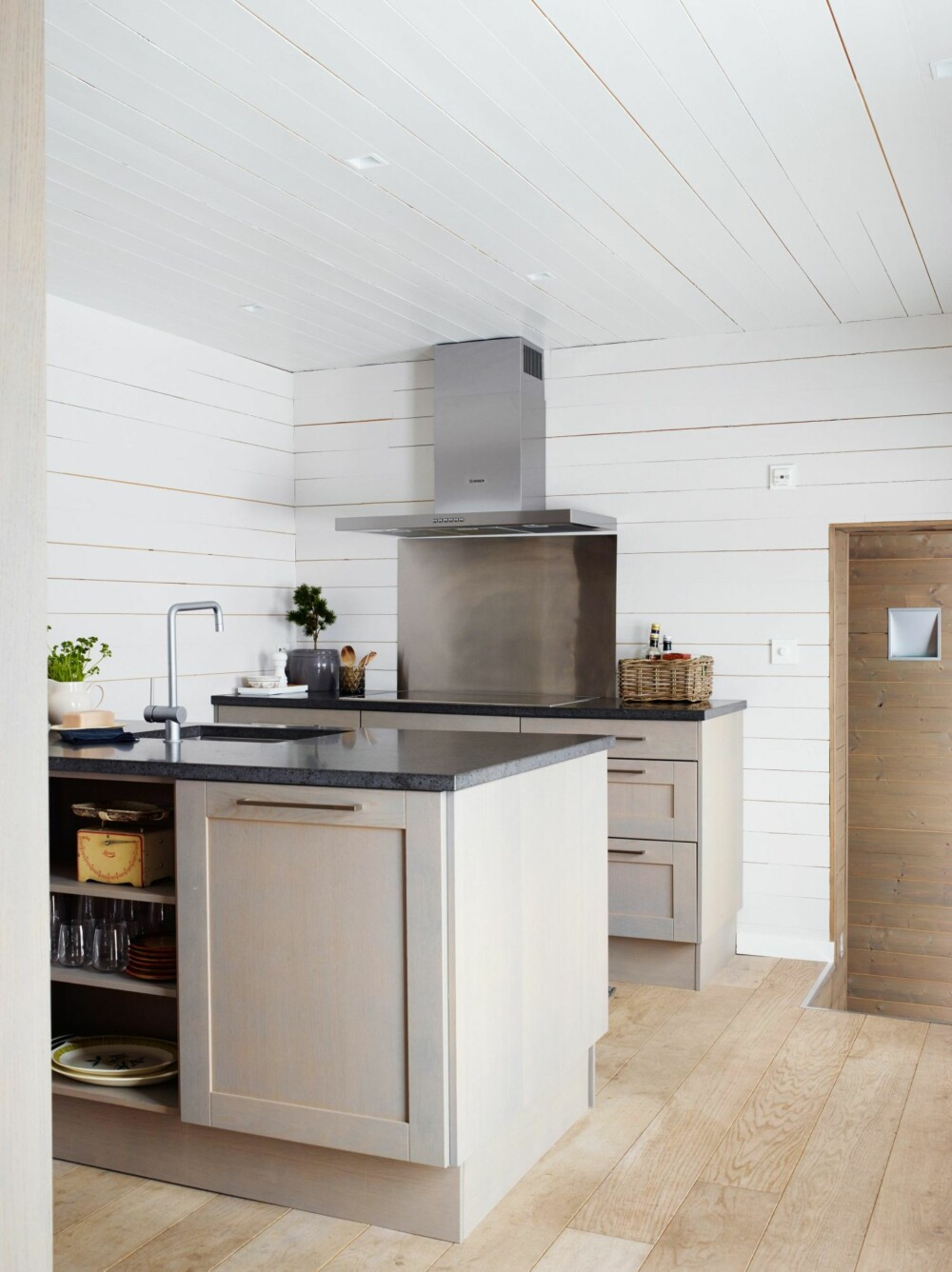 NØYTRAL PALETT: Kjøkkenet er fra Sigdal. Hytteeier og interiørarkitekt Marianne Følkner har lagt opp til en nøytral palett i hytta. - Hyttas komplekse form gir i seg selv kontraster og spennende overganger, forklarer hun. Marianne driver Magenta Interiørarkitekter sammen med Mie B. Grevstad.