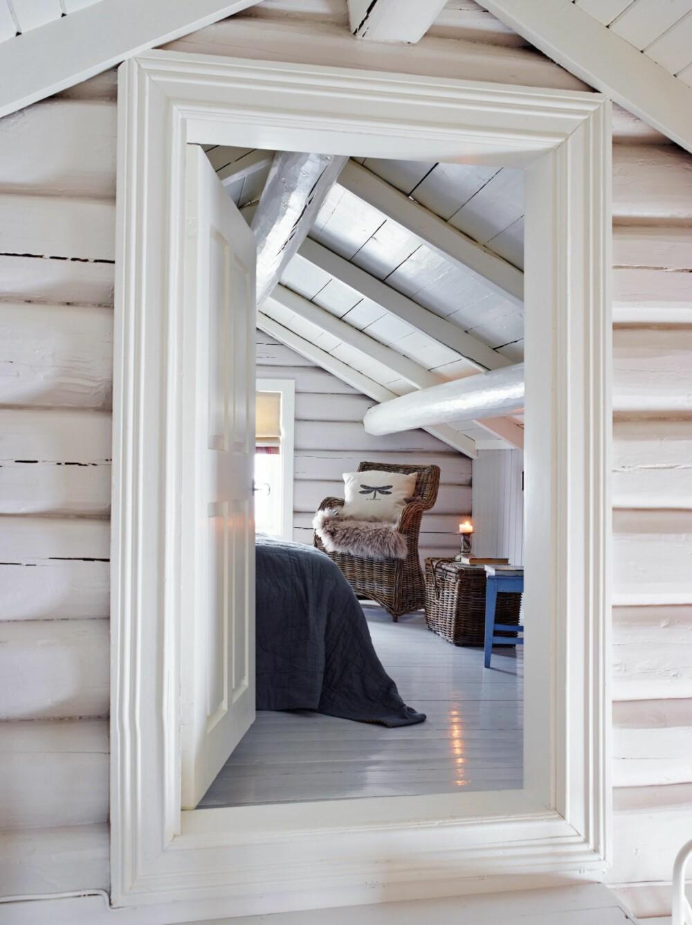 NY FARGE: Det opprinnelige, gulmalte tømmeret har nå fått lysnet sin tilværelse, malt med fargen Tudor fra Jotun. Styling: Tone Kroken.
