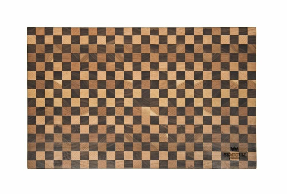 Mer fra Geilo. Tre fra valnøtt, bjørk og blodbøk sørger for nødvendig variasjon. Fjølene er laget på fabrikken i Geilo, dette er helnorsk design og solid håndverk. Den rutete er 2,5 cm tykk, lengden er 55 cm og bredden 36 cm. Pris kr 2980, skaugum.info.