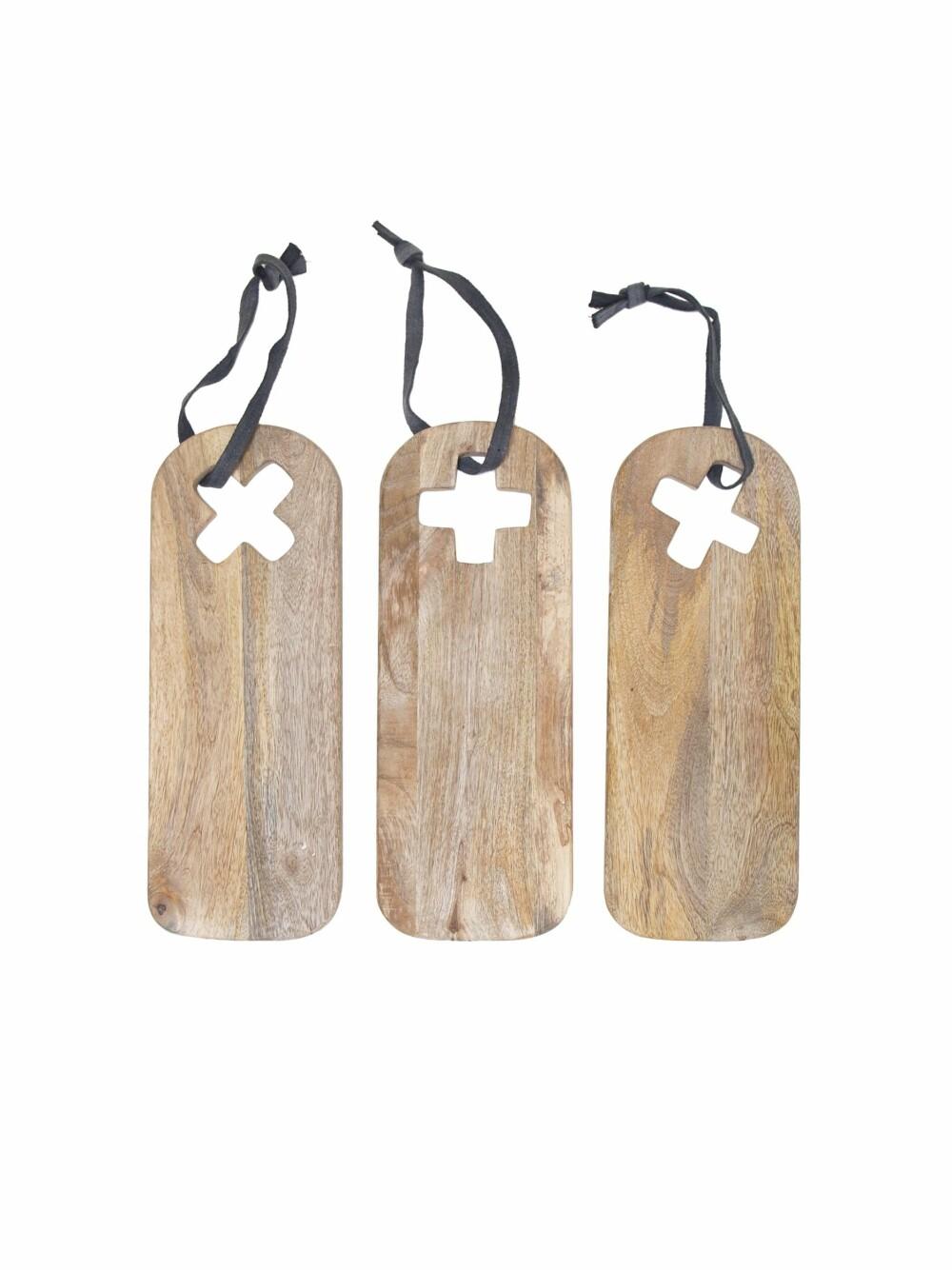 Eksotisk trio. Når mangotrærne har båret frukter, blir de hugget og nye blir plantet. Treverket brukes blant annet til å lage møbler og interiør av, som for eksempel disse dekorative brødfjølene. Mål: 40 x 15 cm, kr 125 pr. stk., hkliving.nl.