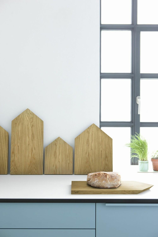 Praktisk dekor. De huslignende eikefjølene fra Ferm Living kombinerer funksjon med dekor. Kjøp flere, sett dem tett i tett, slik får du en illusjon av skyline på kjøkkenbenken. Cutting Board finnes i fire ulike størrelser, fra kr 210 til 450, ferm-living.com.