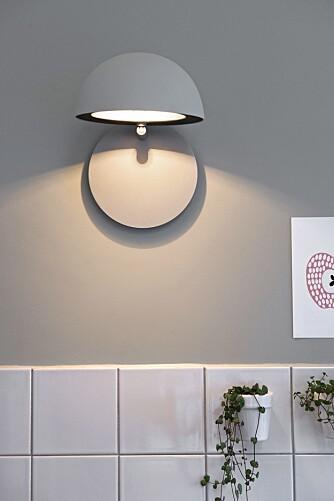 KUL LAMPE: Når lampen  vippes ned skaper den et stemningsfylt lys. Ved behov vippes skjermen opp og lampen gir direkte arbeidslys uten at det blender, Radon fra Lightyears.