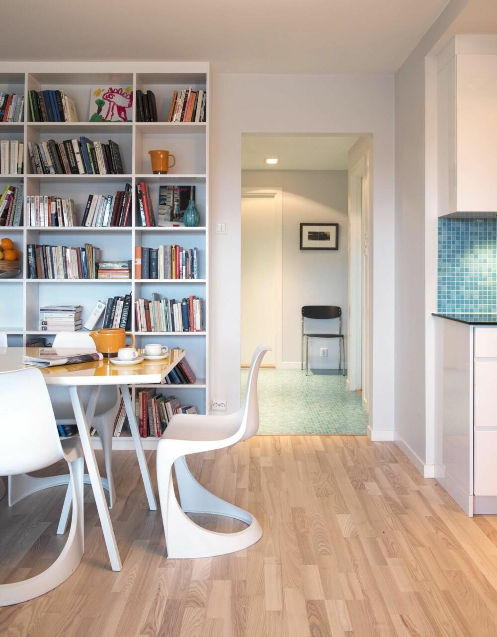 LANGE SIKTLINJER: De helstøpte plaststolene er ved Steen Østergaard, designet i 1966. Bordet er designet av interiørarkitekten etter idé av huseieren, og laget ved Moderne Materiell i Moss. Bukkene er fra Hay. Bokhyllene er tegnet og bygget av Robert Lato.