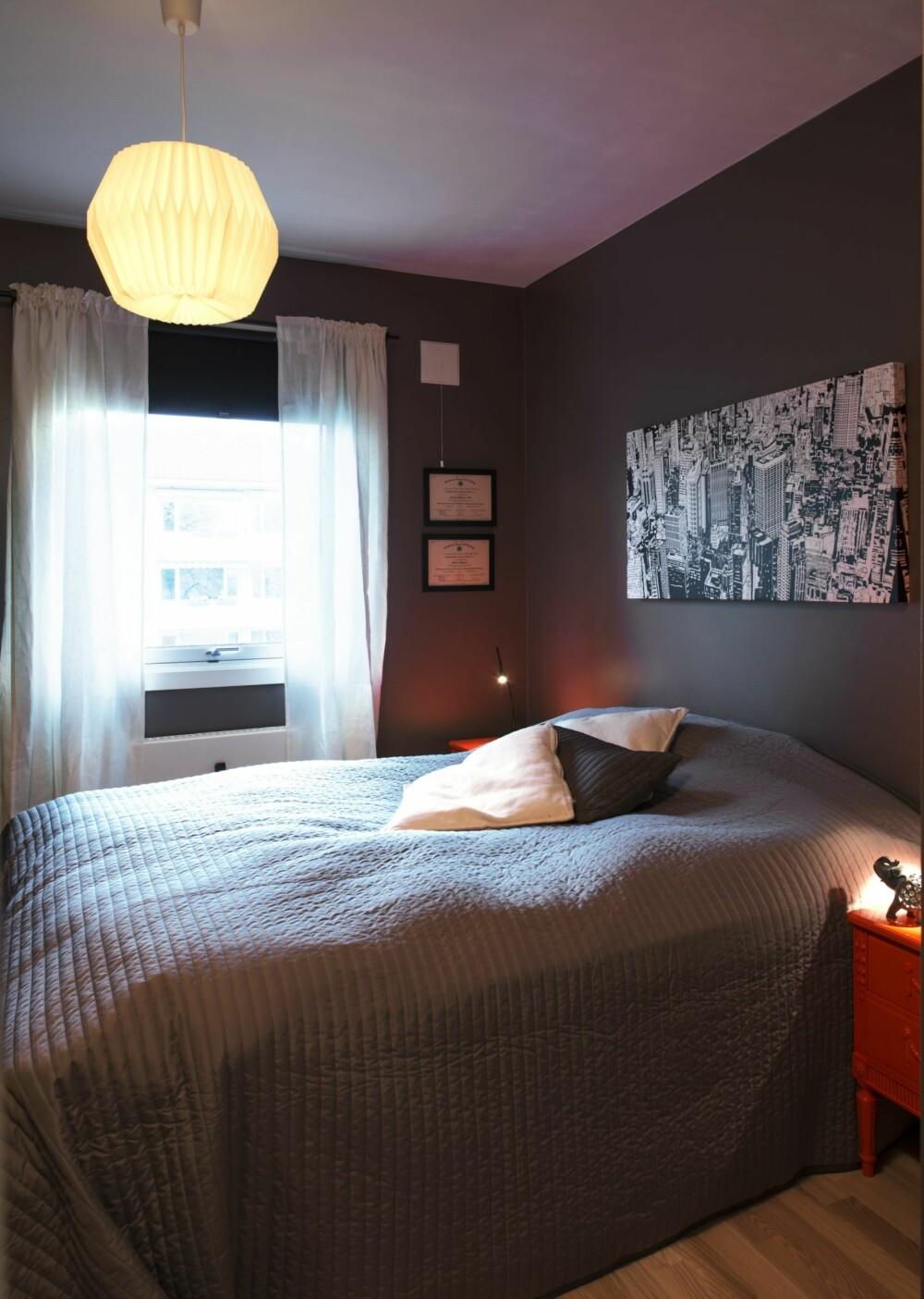 STORT NOK: Soverommet ble mindre og intimiteten forsterket ved å bruke mørke farger på vegger og sengetøy. Taklampen er fra Lagerhaus.