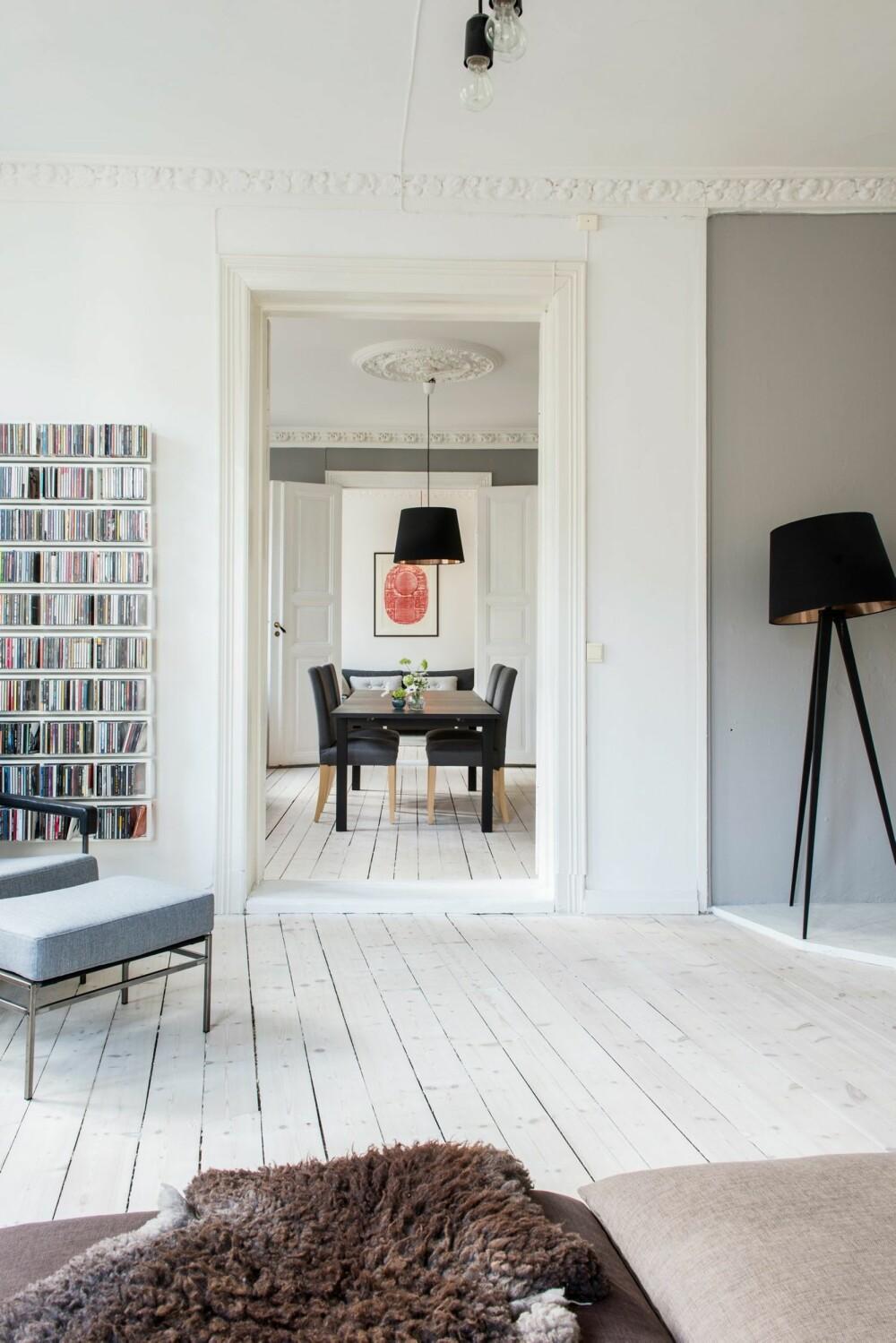 STUE PÅ STUE: Det franske begrepet enfilade referer til en rekke av rom med dører plassert langs en akse, slik at man uhindret kan se gjennom alle. Her ser vi fra hjørnestuen, gjennom kjøkkenet og inn i peisestuen.  Lenestolen Seventy er fra Jonas Ihreborn, lampen over kjøkkenbordet er fra Ikea.