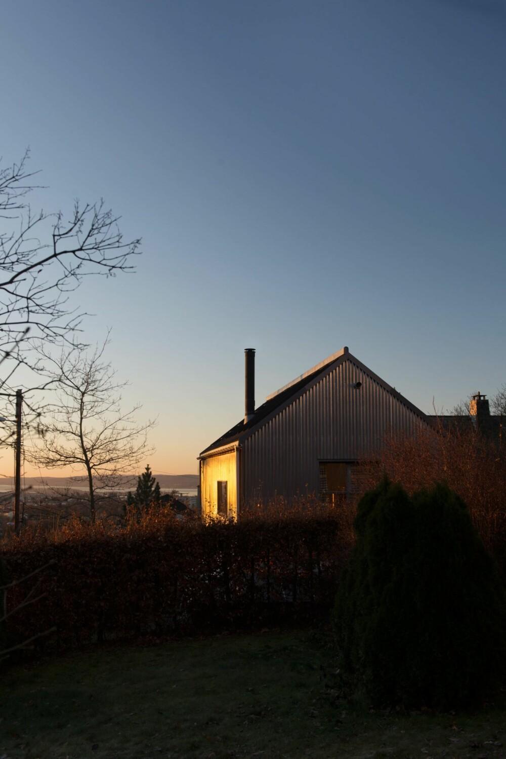 METALLISK GLØD: Strålene fra morgensolen reflekteres fra fasaden med en sjelden glans.