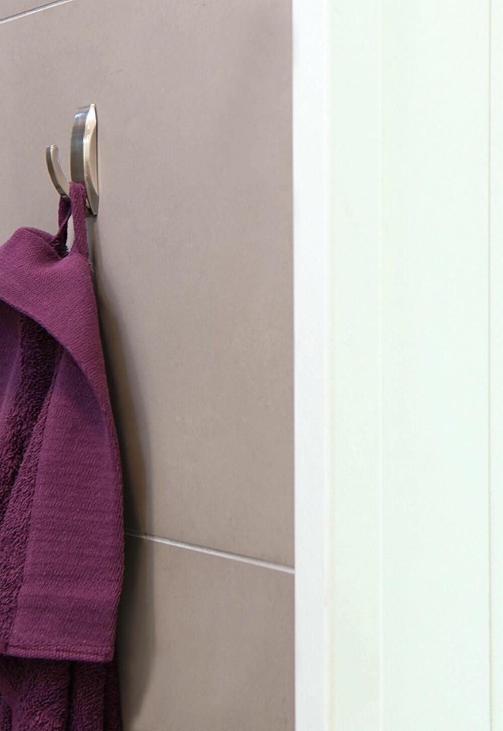 DETTE ER MDF: Det endte med mdf-plater i stedet for baderomspanel på veggene. Platene kan lett males over ved behov, og de ser ut som panel.