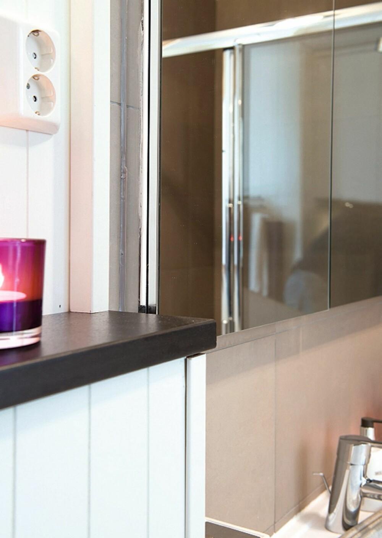 DELVIS SKJULT: Plassen over servanten er utnyttet med et innebygget speilskap som er 14 centimeter dypt. 9 centimeter er bygget inn i veggen. Skapet God Morgen er fra Ikea.