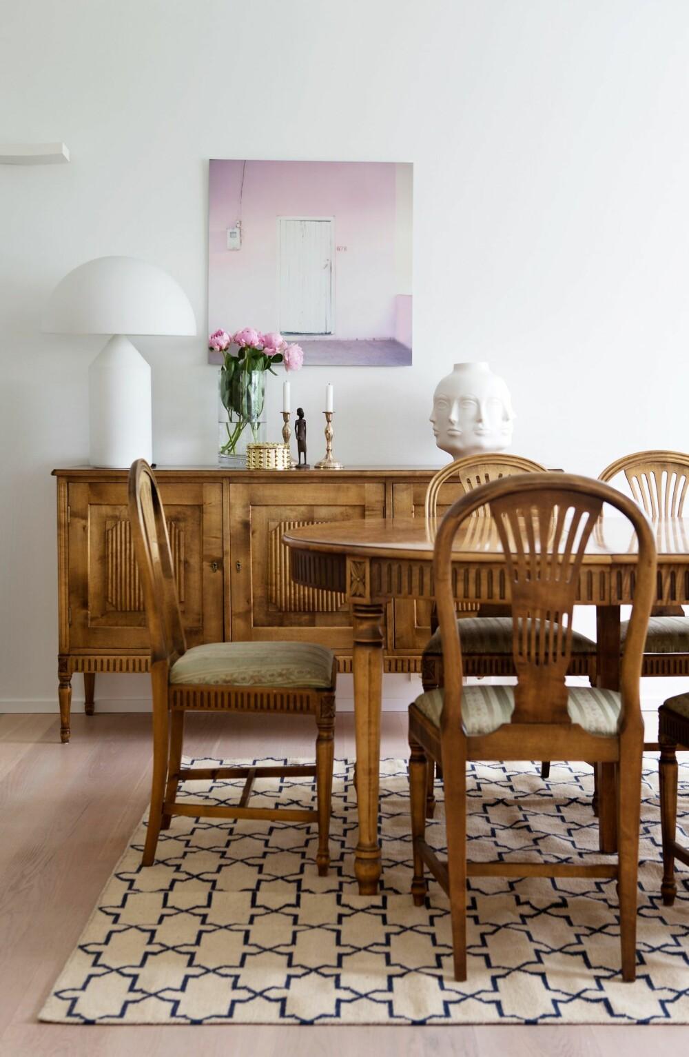 SAMLE SPISEGRUPPEN: Et stort teppe tydeliggjør spisesonen, og forankrer møblementet til denne delen. Grepet bidrar til at virvaret av bord og stolben ikke blir en kaotisk ansamling møbler, og heller fremstår mer enhetlig. Prinsippet virker sterkest når teppet er stort nok til at ingen møbler havner utenfor.