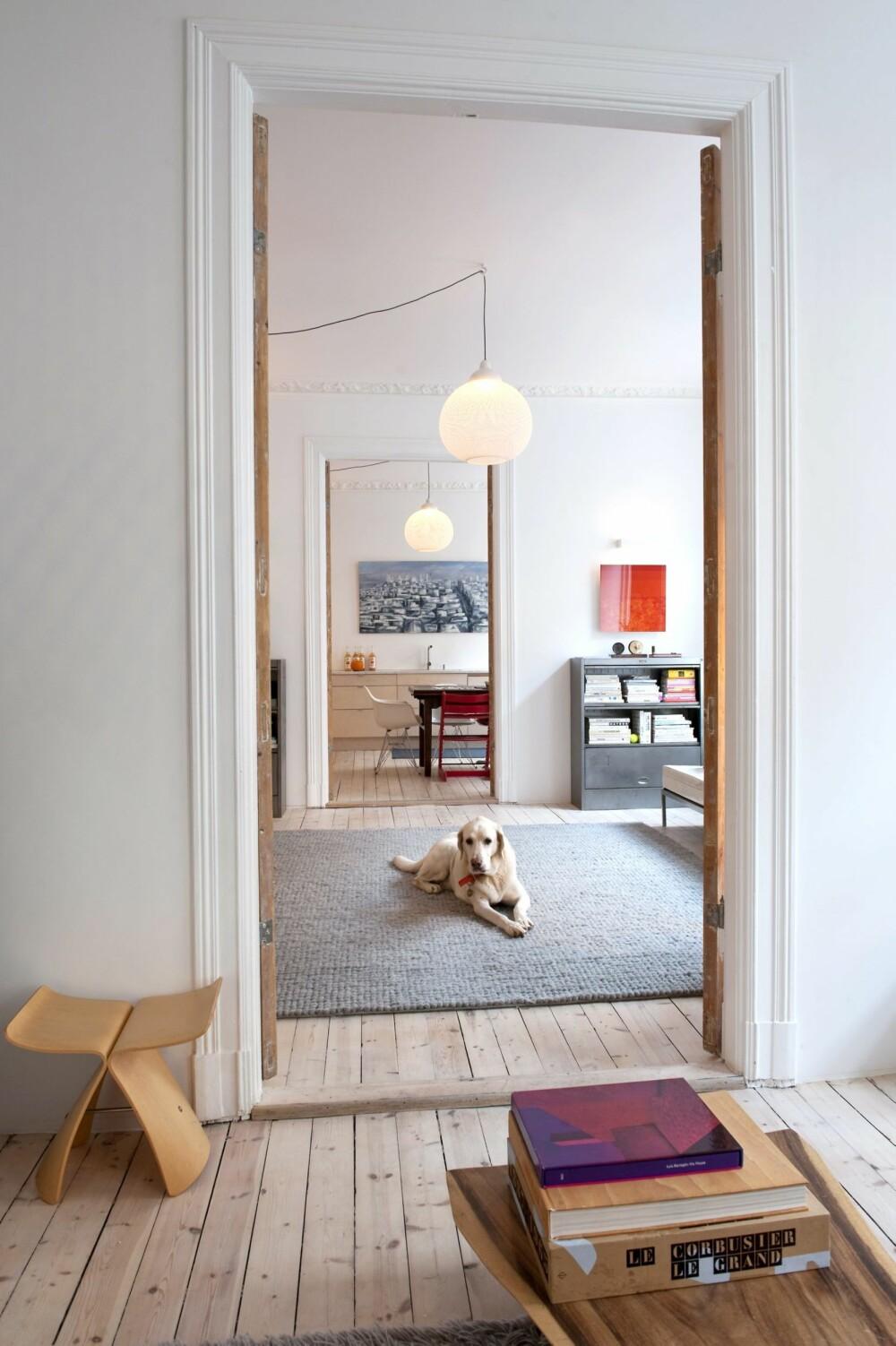 TEPPE SOM MØBEL: Et stort teppe kan være fint i en stor hall der det er gjennomgang og hvor det dermed ikke kan stå møbler. Et kroppsvennlig teppe vil i noen tilfeller innby til å tilbringe mer tid på gulvet, for eksempel sammen med barn og dyr.