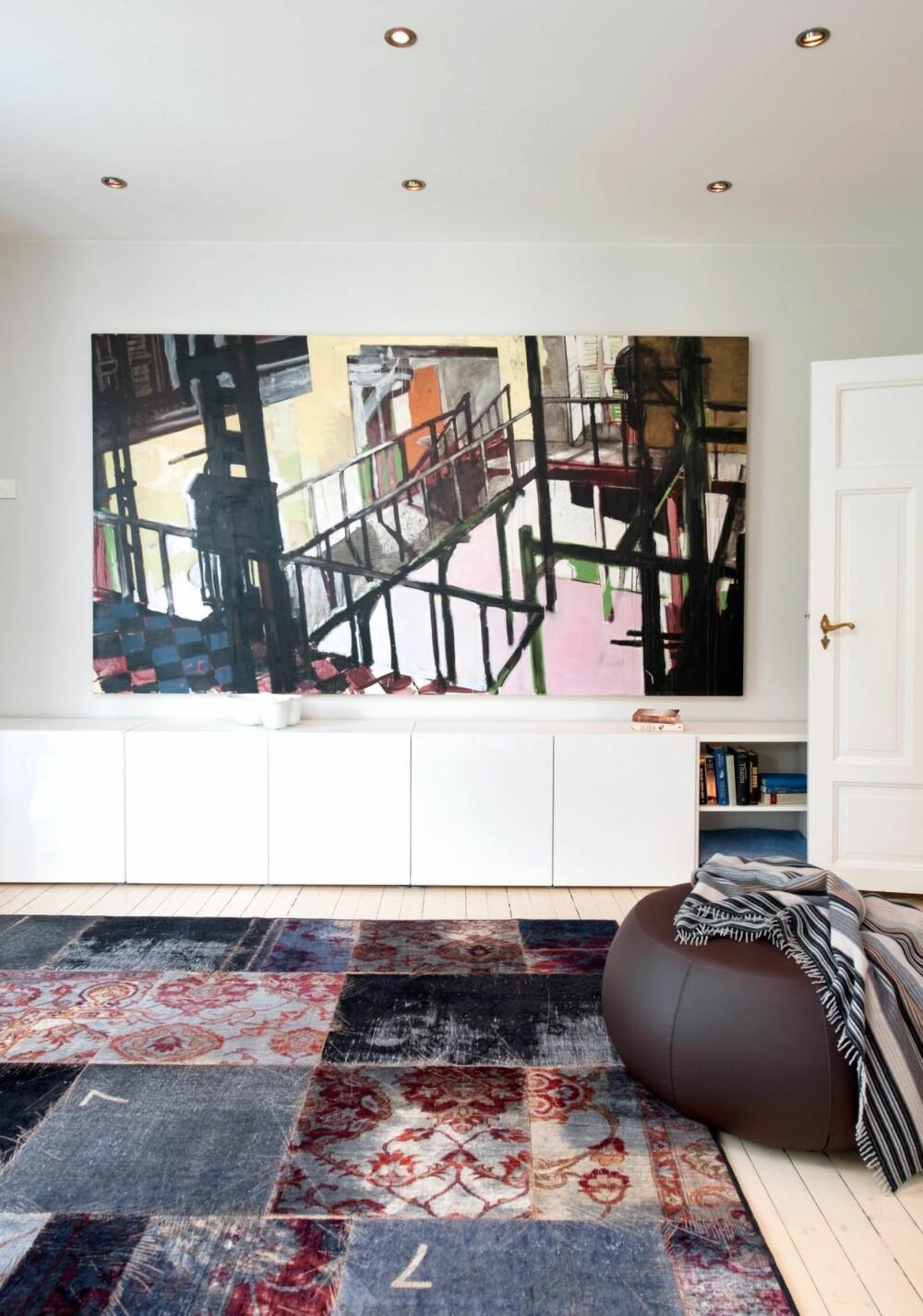 SAMSPILL MED BILDE PÅ VEGGEN: Hvordan sørge for at teppet spiller sammen med andre elementer i rommet, som for eksempel et bilde? Det tryggeste er å velge et ensfarget, nøytralt teppe som lar bildet være dominerende. Mer risikabelt, som her, er det å satse på et visuelt bråkete teppe (Mashup fra Kymo) i møte med Benjamin Bergmans maleri. Fargepaletten er felles, men i mønster og uttrykk har de sin egen karakter. Dersom øyet hopper for mye frem og tilbake, er samspillet kanskje ikke så harmonisk som man skulle ønske. Vær din egen dommer.