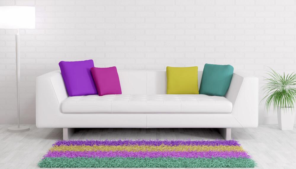 TEPPER: Møblene bør ikke plasseres nær kanten av teppet. Enten godt innpå eller utenfor. Er det ikke plass til hele stolen på teppet, kan du nøye deg med bare forbena. Her får du tipsene du trenger til å innrede med tepper...og tabbene du bør unngå.