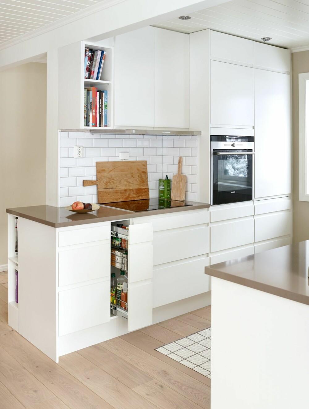 MYE BEDRE: På mindre kjøkken bør hver centimeter være godt utnyttet. Store overskap kan virke ruvende, mens en kolonialskuff, som denne smale varianten, er svært plasseffektiv.