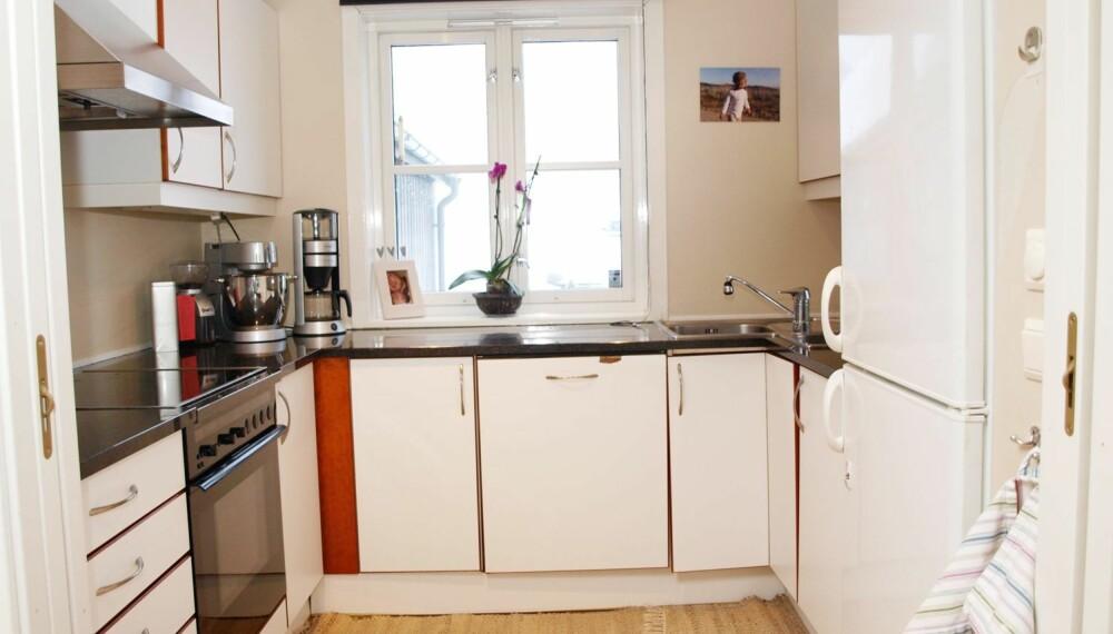 IKKE OPTIMALT FØR: Det relativt lille kjøkkenet hadde tilhørende spiserom vegg i vegg, bak fotografen som tok dette bildet. Gulvet på kjøkkenet måtte utbedres på grunn av skjevheter og fuktskade. Paret benyttet anledningen til å gjøre større endringer samtidig.