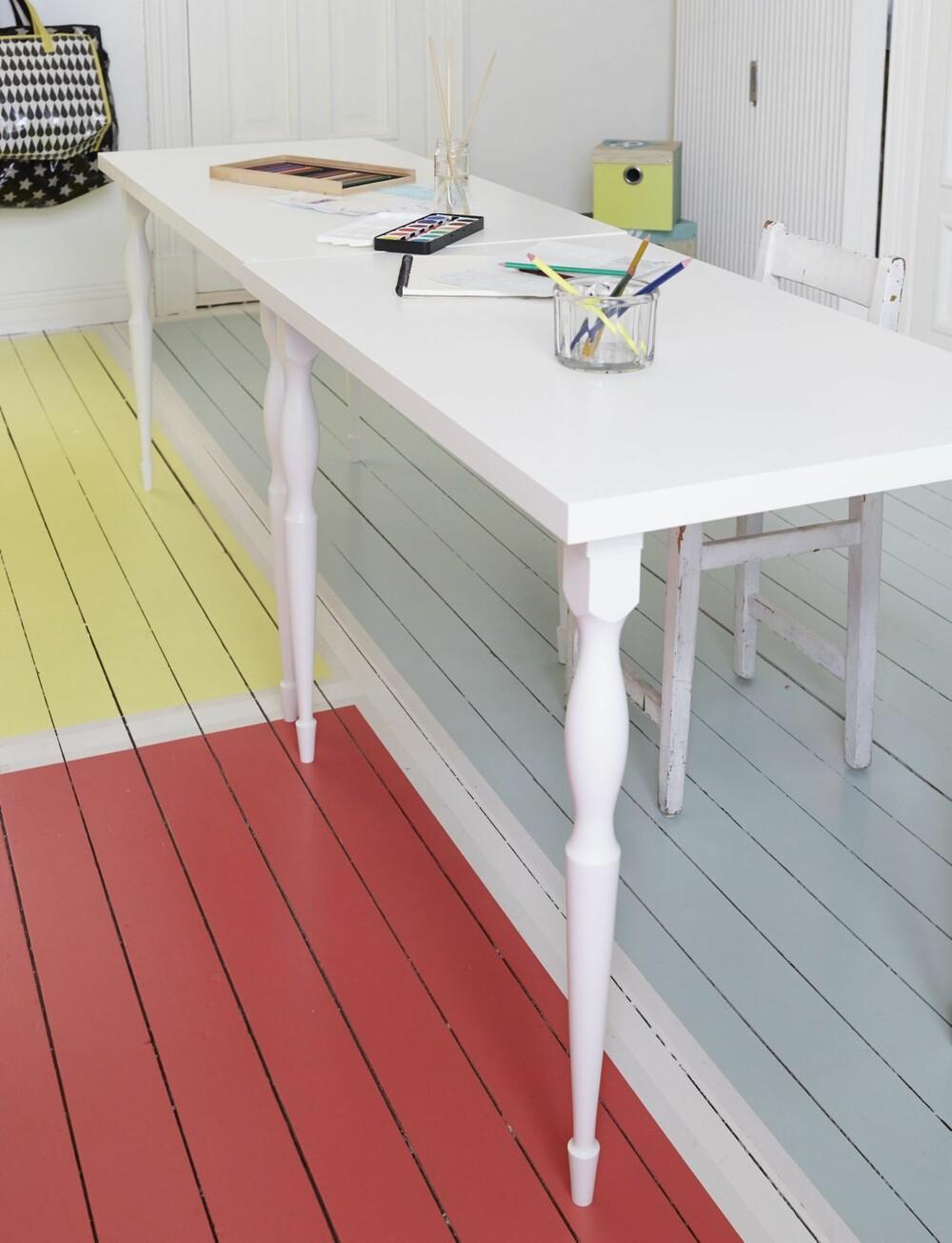 LANGBORD: Skrivebordene består av Linnmon plate, 60 x 120 cm, kr 165, og Nipen ben, kr 165 pr. stk., fra Ikea. Her er Selmas og Pelles bord satt sammen til gruppeabeid. Styling: Steen & Aiesh, stylingassistent: Ida Løken.