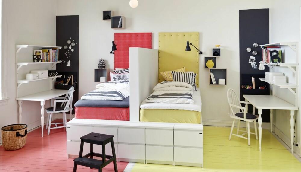 SONER: Sengene har i utgangspunktet én sokkel som er delt med halvveggen. Madrassen og gavlen til venstre er trukket i rødt stoff, art.nr. 851926, mens madrass og gavl til høyre er i gult, art.nr. 851928, kr 70 pr. m, Stoff og Stil. Pyntenaglene er også derfra. Gul ugle, kr 169, Lille Verket. Stolen ved skrivebordet er kjøpt på Fretex. Midt på gulvet står trappestigen Bekväm, kr 129, til venstre står en kurv, begge fra Ikea. Styling: Steen & Aiesh, stylingassistent: Ida Løken.