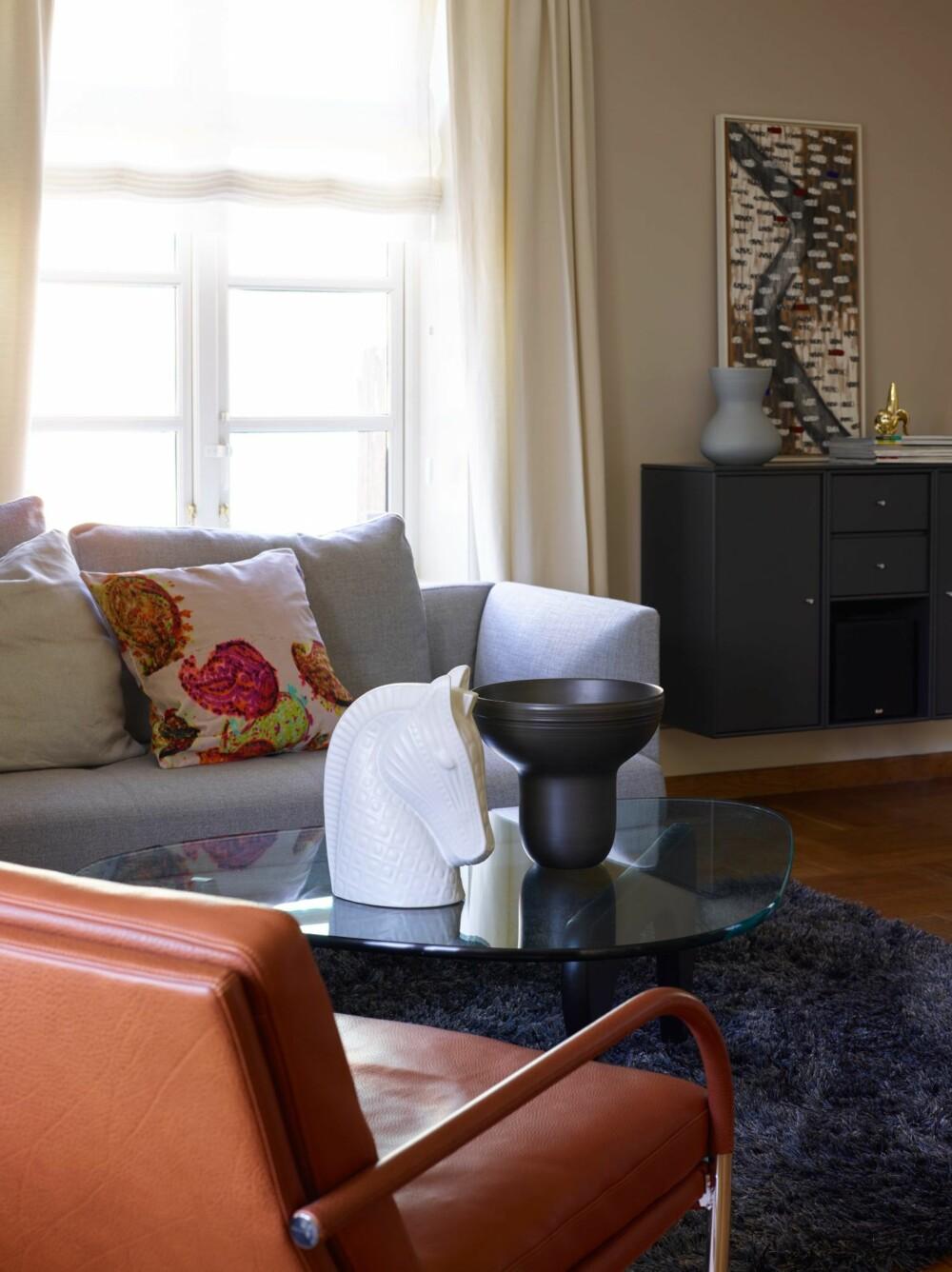 ELEGANT: Sofabordet er Isamu Noguchis klassiker fra 1940-årene. Bildet over Montana-seksjonen er malt av Elisabeth Øglænd Bø.