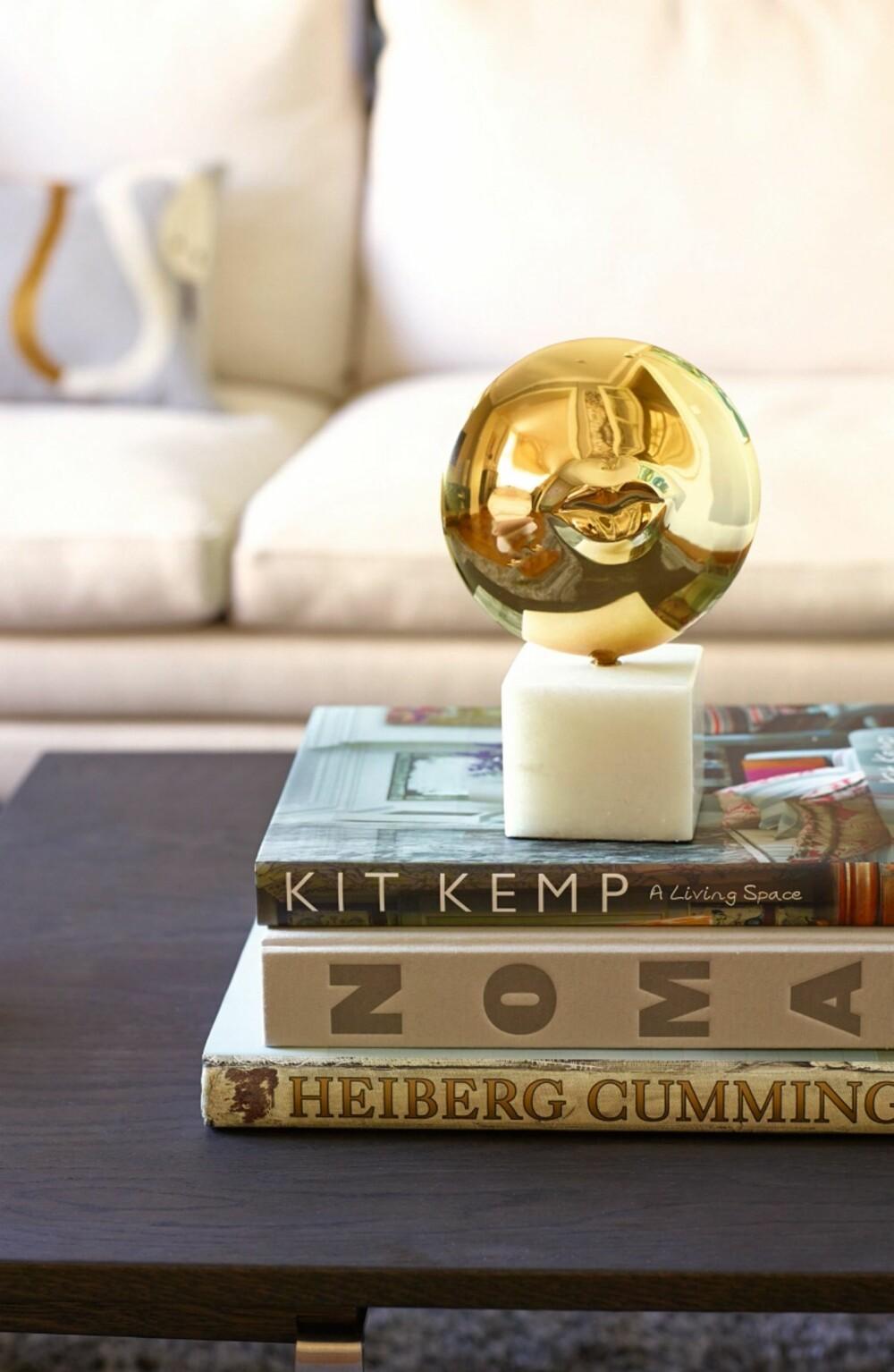 LEKRE DETALJER: Det lune bibliotekhjørnet er møblert med sofaen William fra Zanotta,kjøpt hos Tannum Møbler. Den gylne skulpturen er fra Jonathan Adler.