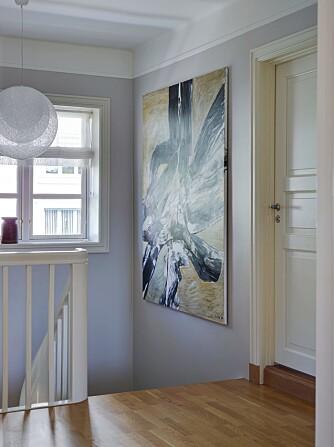 STØDIG: Beboerne liker godt den solide konstruksjonen, med kraftig trappegang og dype vinduskarmer. Bildet er malt av Inger Sitter. Pendellampen Mayuhana fra japanske Yamagiwa er kjøpt hos Expo Nova.