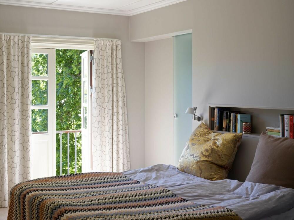 SLIK BOR DE VOKSNE: Veggen bak sengen med innfelt oppbevaringsnisje er ny. Bak den er det blitt plass til et nytt bad og en stor walk-in-garderobe. Veggene er malt i fargen Demring fra Jotun, fargekode NCS 2502-Y17R.