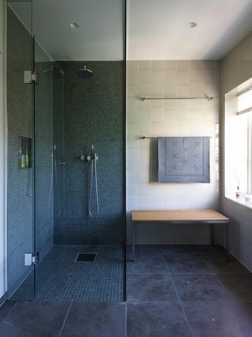 STRAMT: Det nye badet i tilknytning til soverommet har god størrelse og stort dusjhjørne. Flisene på gulvet heter Argent, veggflisene heter Perla Soho, og mosaikkflisene i dusjen heter Marlborough, alt fra Stenprosjekt.