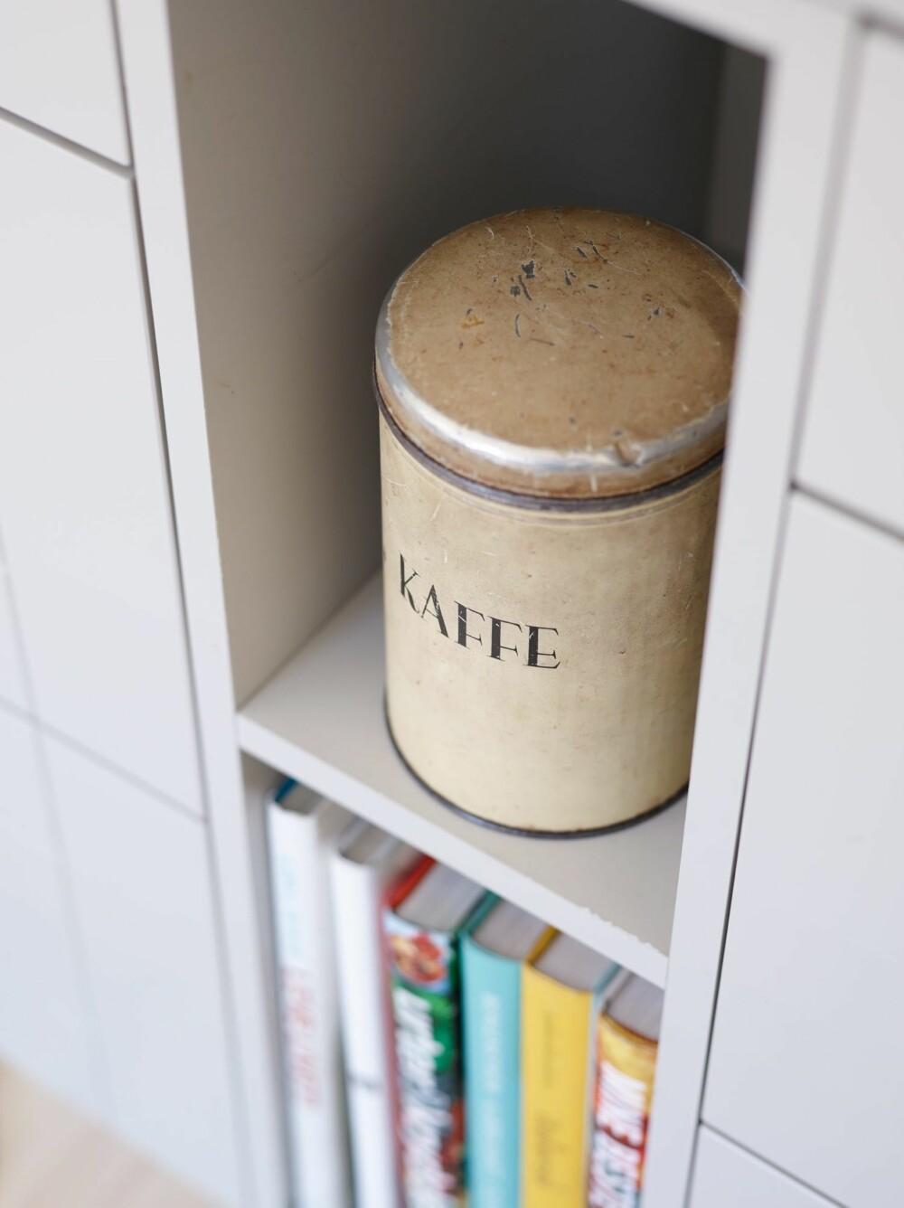 UTNYTTER TOMROMMET: Volumet mellom skuffemodulene i kjøkkenhalvøya er utnyttet til oppbevaring av kokebøker og kokekaffe.