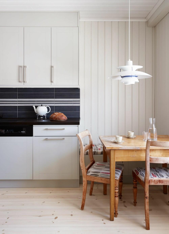 NØYSOM OPPDATERING: Beboerne har oppgradert kjøkkenet uten å forkaste sine gamle, kjære møbler. Slik har de ivaretatt noe av hjemmets sjel samtidig som rommet er blitt vesentlig forbedret. Nytt-møter-gammelt-trikset er evigaktuelt.
